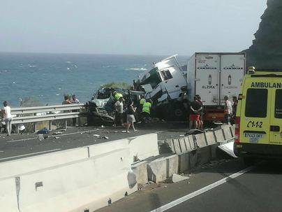 Dos muertos tras un accidente entre un camión y varios coches