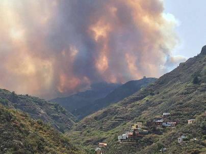 Evacuadas la Cruz de Tejeda y Lagunetas por el incendio