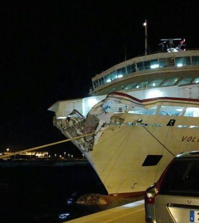 Un ferry de Armas colisiona contra el Puerto de La Luz