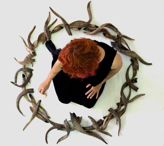 La exposición 'Sacer. Rituales, sacrificios y ofrendas' exhibe obras realizadas con restos óseos de animales