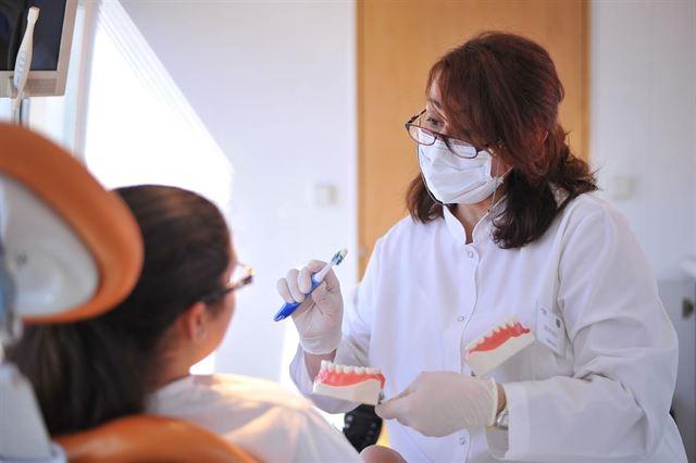 Los dentistas piden al sector audiovisual que fomenten la higiene bucodental