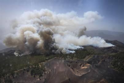 Logran contener el fuego en la parte norte del incendio de La Palma