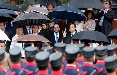 Dirigentes de PP y PSOE bajo el mismo paraguas