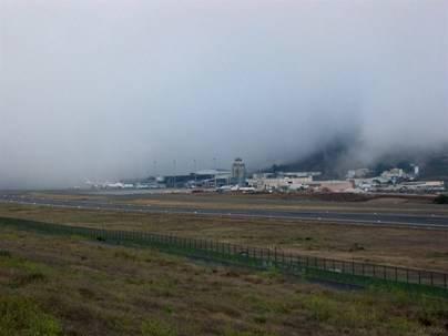 Cancelaciones y desvíos en los aeropuertos por la niebla y el viento