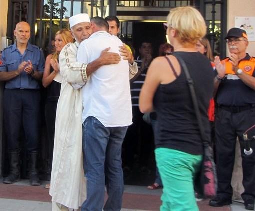 El padre del niño muerto y un imán de Rubí se abrazan en una concentración