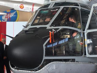 El Rey Felipe VI conoce los nuevos Super Puma del SAR de la Base Aérea de Gando