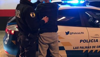 Un conductor se fuga de un control policial y atraviesa un parque infantil