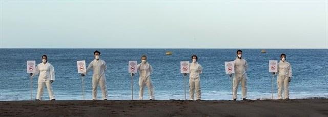 Greenpeace protagonizan un cierre simbólico de las playas de Tenerife en protesta a los vertidos