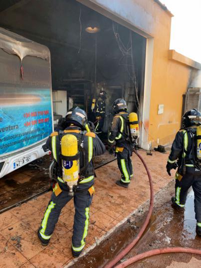 Incendio en un garaje en Charco del Pino