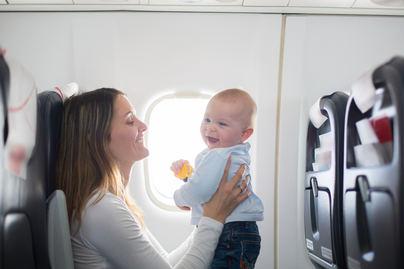 Los pediatras advierten de los riesgos de viajar con bebés a países tropicales