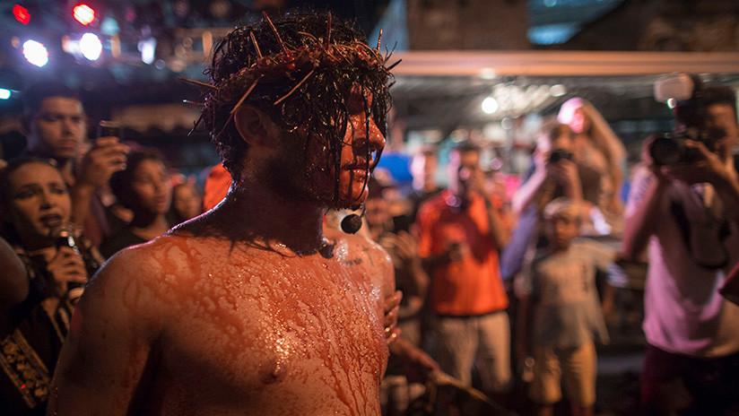 Un espontáneo intenta 'salvar' a Jesús de la cruz y agrede a un actor del Viernes Santo