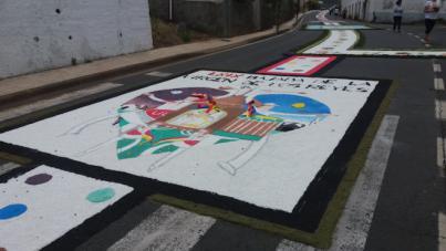 Las alfombras del Corpus adornarán este domingo la calle El Medio en Pedro Álvarez