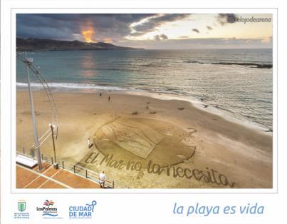 Ciudad de Mar dibuja una gran postal de arena en Las Canteras para denunciar el impacto de las mascarillas abandonadas en el mar