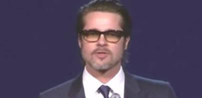 A Brad Pitt le da por el canto