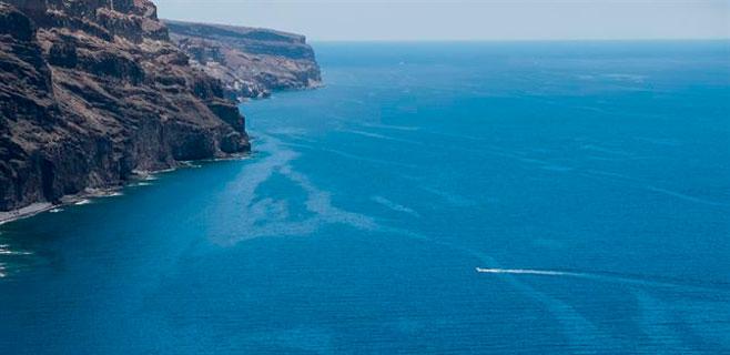 Limpian pequeñas galletas de fuel dispersas en playas de Gran Canaria