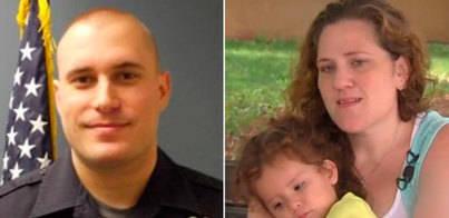 Un policía le paga a una mujer los pañales que había robado