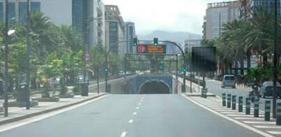 Un vehículo incendiado 'cierra' el túnel de 3 de Mayo