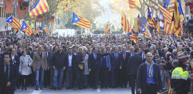 Unas 2.000 personas arropan a Artur Mas en su declaración