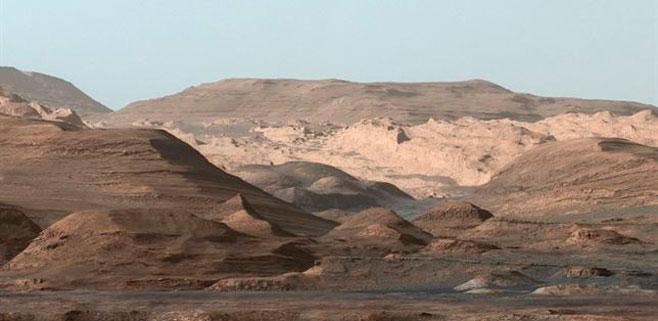 Postal del Curiosity desde el Monte Sharp en Marte