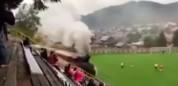 Un tren atraviesa el campo de fútbol en pleno partido