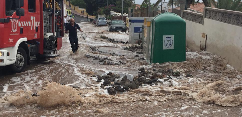 La rotura de una tubería provoca destrozos en viviendas de Radazul